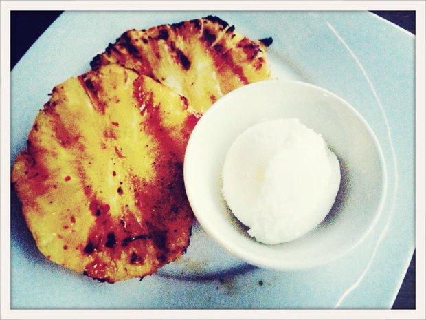 Grilovaný ananas s medem a kokosovou zmrzlinou Foto: Klára Michalová