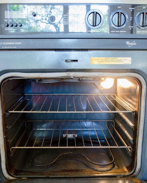 Na sklo trouby poslouží i směs z prášku do pečiva. Foto: