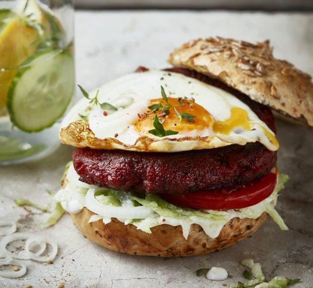 Burger z červené řepy s volským okem  Foto: