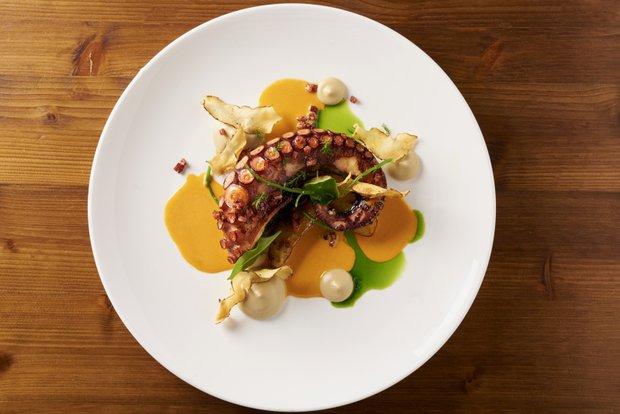 Pečená chobotnice s chorizem, topinamburové pyré, topinambur vařený v másle, omáčka z pimenta a choriza  Foto: