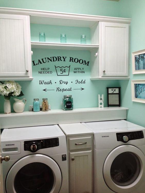 Vintage záležitost. Řešíte, jakým způsobem zasadíte do vaší koupelny pračku i sušičku, aby to ve výsledku působilo  originálně? Ponechejte si prostor pro tzv. prací kout. Stěnu opatřete vlhku vzdorným nátěrem v jemném mint odstínu Foto: