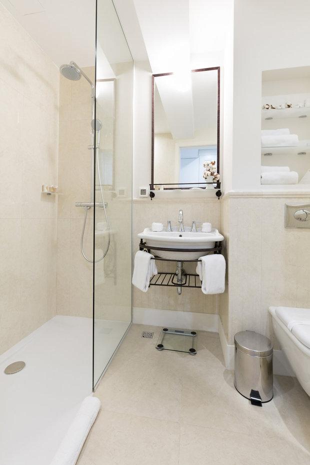V malé koupelně vždycky budete mít pocit většího prostoru, když nainstalujete sprchový kout se čistě skleněnými stěnami Foto: