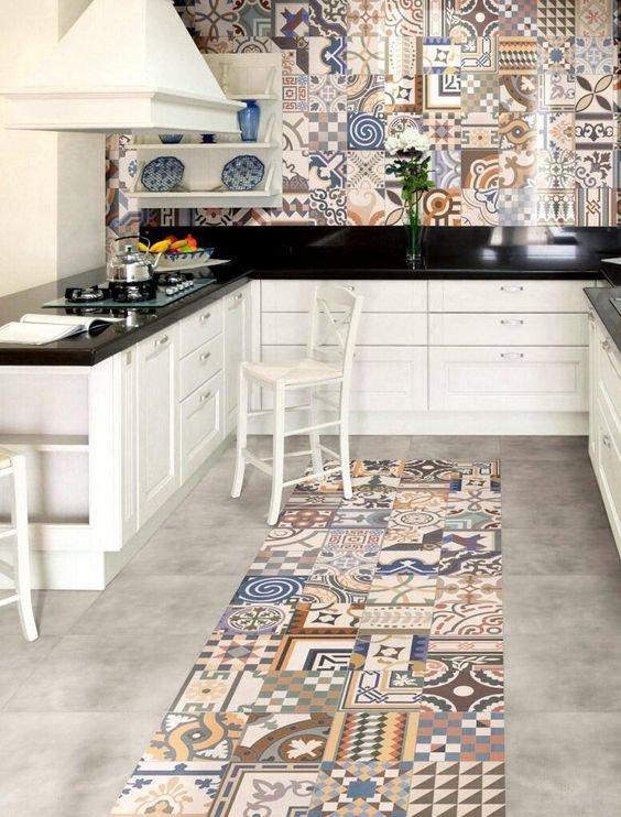 K jednobarevné kuchyňské lince zvolte barevné dlaždičky. Výsledek bude geniální. Foto: