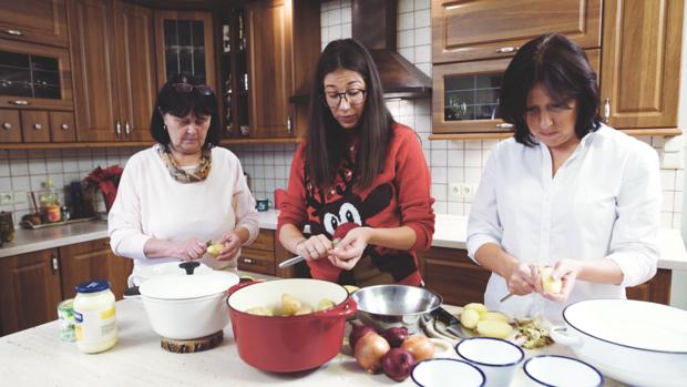 Kačí z My Cooking Diary se svou maminkou a babičkou při přípravě bramborového salátu Foto: