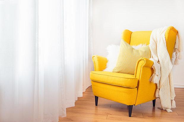 Stejná barva stěna a závěsů prosvětlí a zvětší místnost Foto: