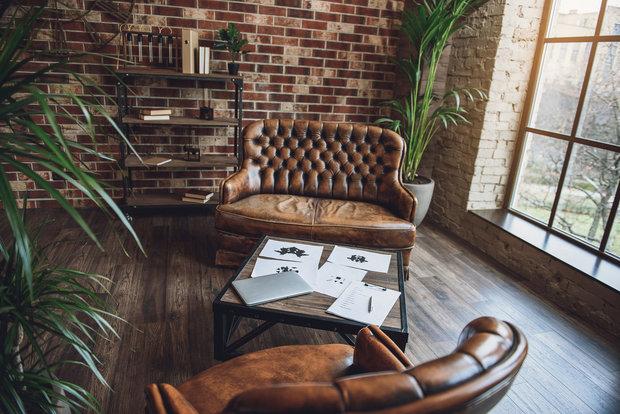 Pohovka u stěny nevynikne, posuňte ji kousek od zdi a dejte za ní třeba květináč nebo knihovnu Foto: