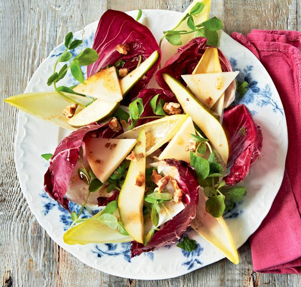 Čekankový salát s hruškou, ořechy a sýrem Provolone  Foto: