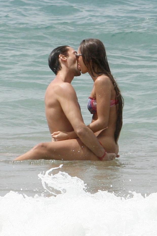 Adrien Brody s přítelkyní Lara Leito na Hawai... Sex on the beach Foto: