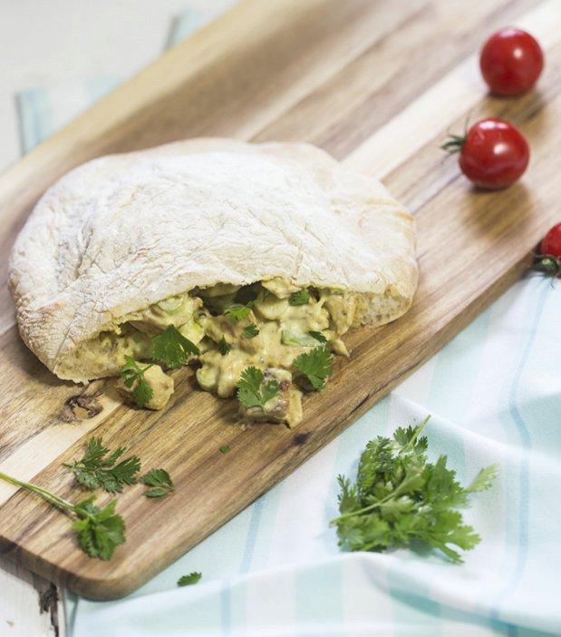 Kuřecí salát s avokádem v kapsičce z pita chleba Foto: