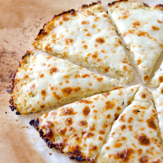FG-cheese-pizza-cauliflower-pizza-crust-recipe Foto:
