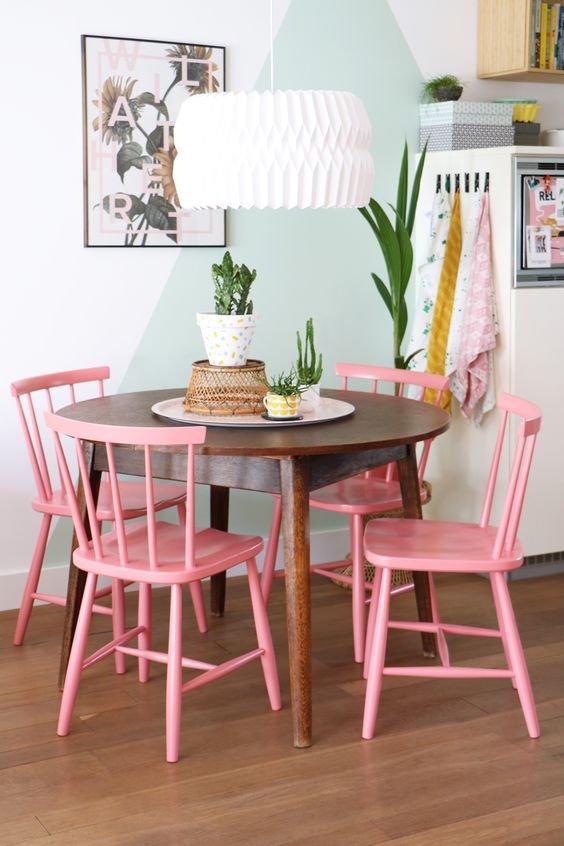 Nebojte se ani výrazných barev! Růžová v kombinaci s tímto starým dřevěným stolem je prostě skvělá! Foto: