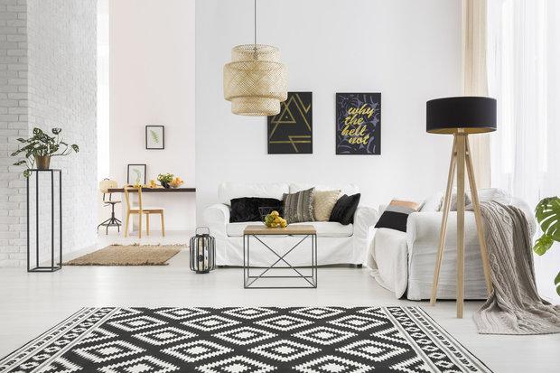 Lampa vedle gauče je nejen praktická, ale bude i hezkým solitérním kusem nábytku Foto: