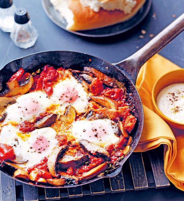 Zapečená vejce s  klobáskou chorizo, houbami a citronovým crème fraîche  Foto: