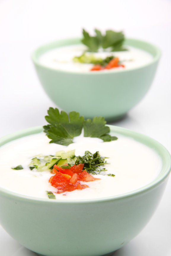 Bílé plus - Chlazená jogurtová polévka s okurkou a mátou Foto: