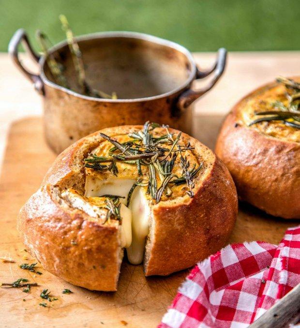 Vydlabaný mini chléb zapečený s hermelínem  Foto: