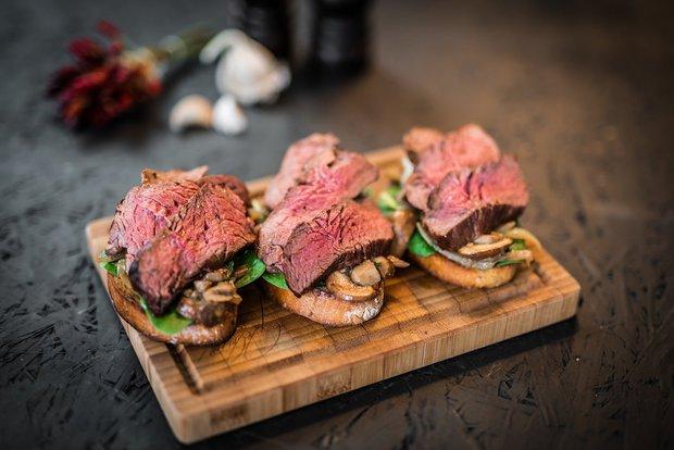 Topinka s hovězím steakem a žampiony Foto: