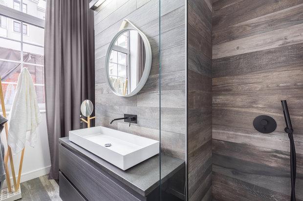 Koupelnové obklady s dřevěným nebo kamenný vzhledem jsou hitem letošní sezóny. Navíc se jen tak neokoukají Foto: