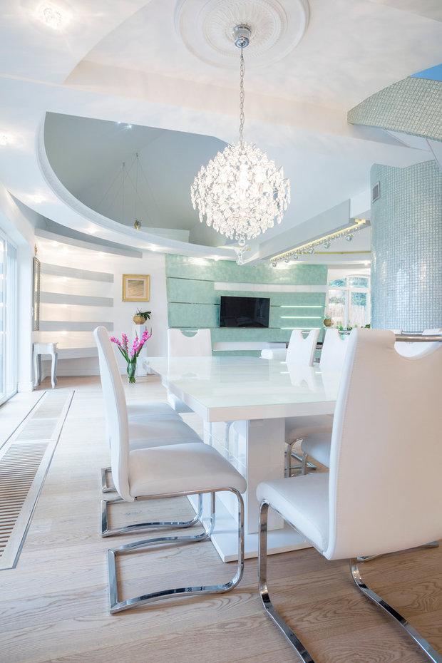 Křišťálový lustr doplňuje ultramoderní jídelnu... Foto:
