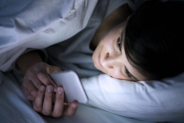 Nedívejte se před spaním do mobilu Foto: