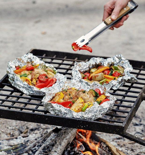 Zelenina pečená v balíčku s kuřetem nebo klobásou  Foto:
