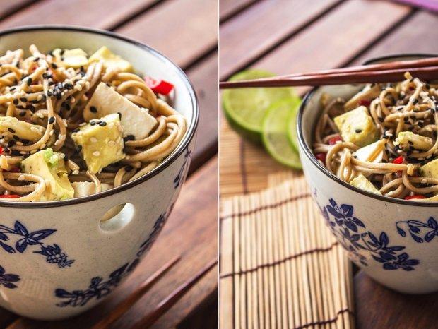 Japonské soba nudle s tofu, avokádem a chilli  Foto: Tasty Talkings