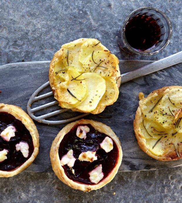 Slané koláčky s červenou řepou a kozím sýrem a se sýrem a bramborami  Foto:
