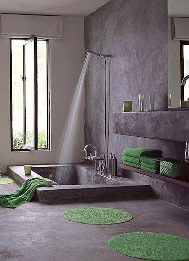 Moderní antracitové spa. Kachličky v tónu holubí šedi, vana působící jako bazén a kohoutky z nerezové oceli. Možná by vás takhle pojmout koupelnu nenapadlo, ale proč ne Foto: