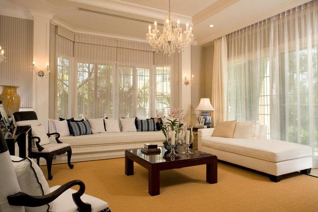 Moderní obývák, nad nímž visí lustr jako ze zámku... Foto: