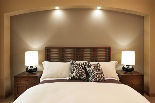 Neutrální, přírodní barvy, noční stolky a čelo postele u zdi – díky tomu se vám bude lépe spát. Foto: