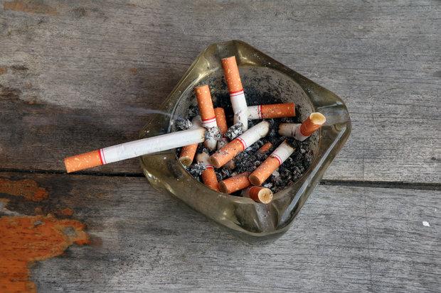 Pozor na cigarety a popelníky, na dřevěném nábytku často zanechávají stopy v podobě spálenin. Foto: