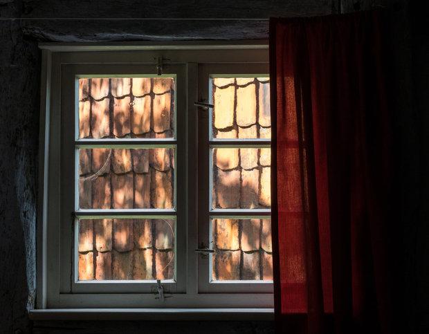 Závěsy, které zbytečně ubírají světlo, byste doma mít neměli Foto:
