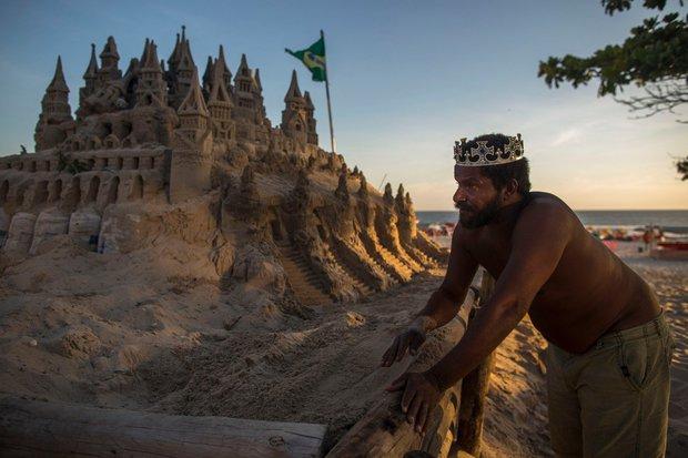 Udržovat hrad mokrý, aby nevyschl a nezhroutil se, vyžaduje hodně práce. Pořád je to ale jen malá cena, za to, že Matolias nemusí platit žádný nájem. Foto: