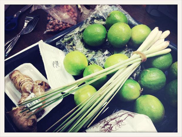 Typické ingredience: Limetky, galangal a citronová tráva Foto: Klára Michalová