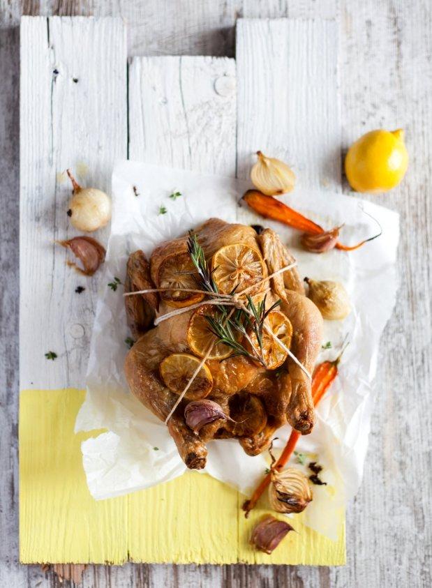 Celé kuře s citronem a česnekem  Foto: