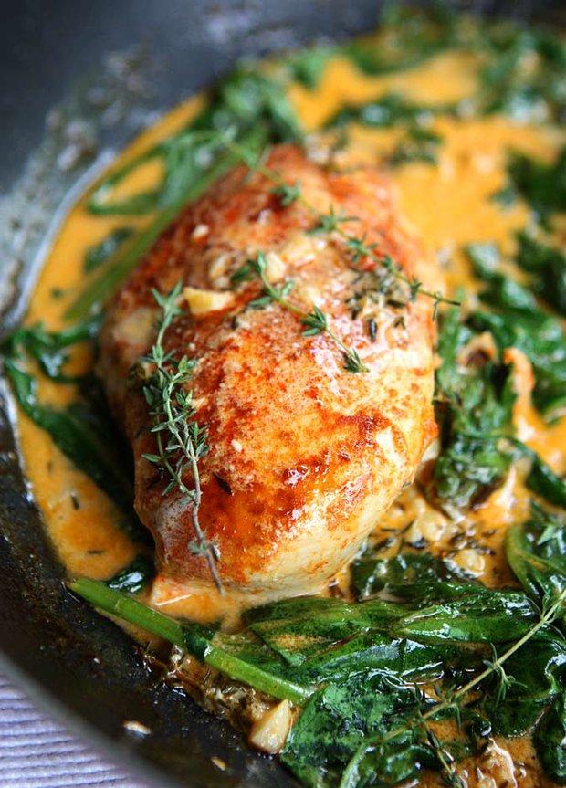 Paprikové kuře se špenátem s omáčkou z vína a másla  Foto: