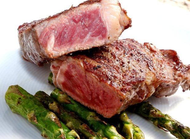 Hovězí steak wagyu s chřestem  Foto: