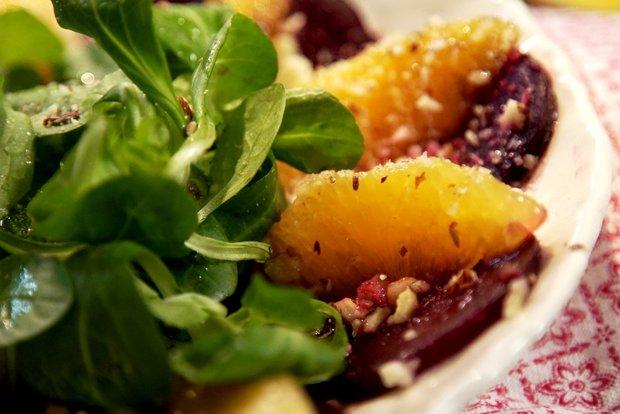Salát s pomerančem, červenou řepou a oříšky  Foto: