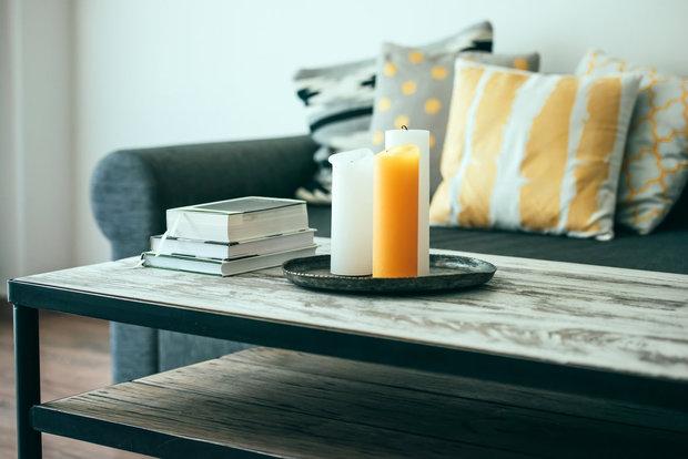 Knihy a svíčky na konferenčním stolku zajistí pohodářskou atmosféru Foto: