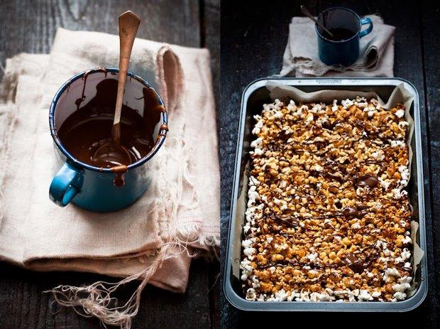 Karamelový popcorn s arašídy a čokoládou  Foto:
