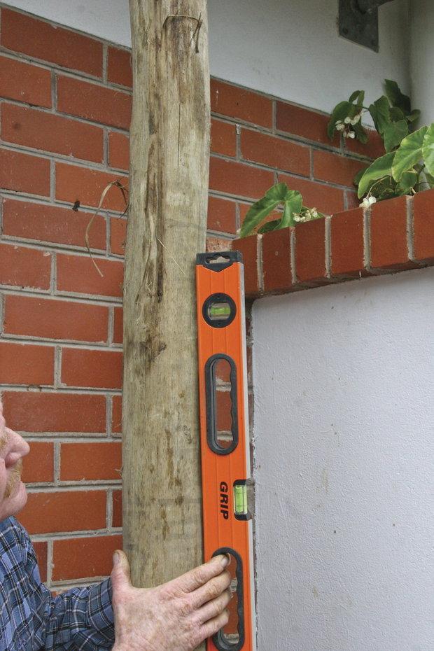 Následně si ověřte, že sloupy stojí skutečně svisle a zajistěte je tak, aby se během tvrdnutí betonu neskácely Foto: