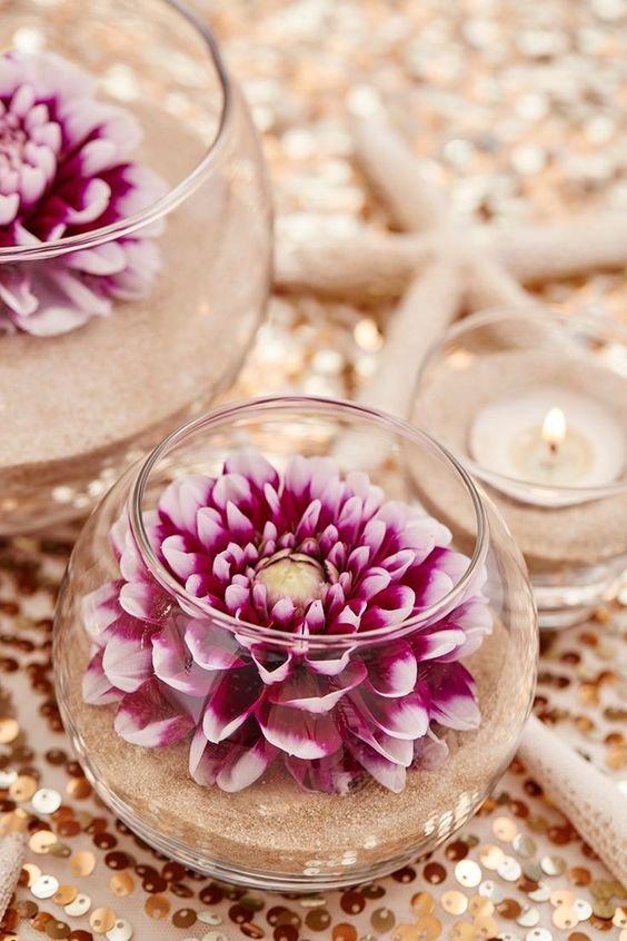 Sklenice, písek a květina. Dekorace na balkon i do obýváku... Foto: