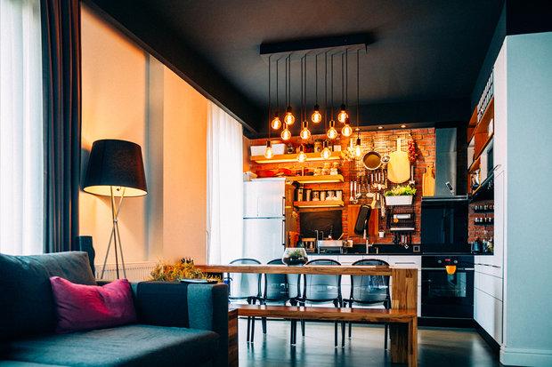 Skvěle vybavená jídelna a hodně světel – typický domov Lvů. Foto: