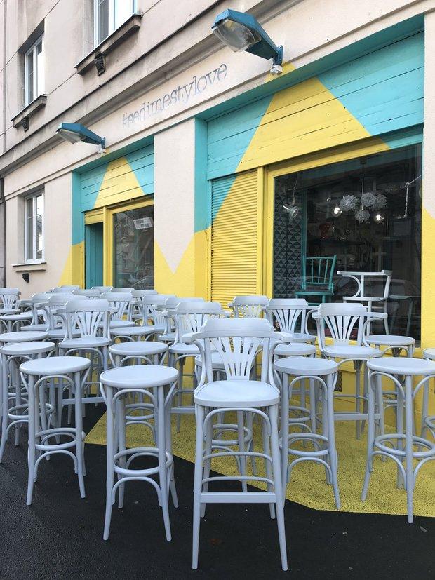 Takhle vypadají hotové židle před prodejnou Sedíme stylově na pražské Palmovce Foto: