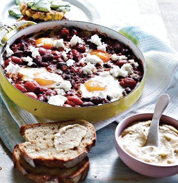 Fazole s vejci a opečeným chlebem s hummusem  Foto: