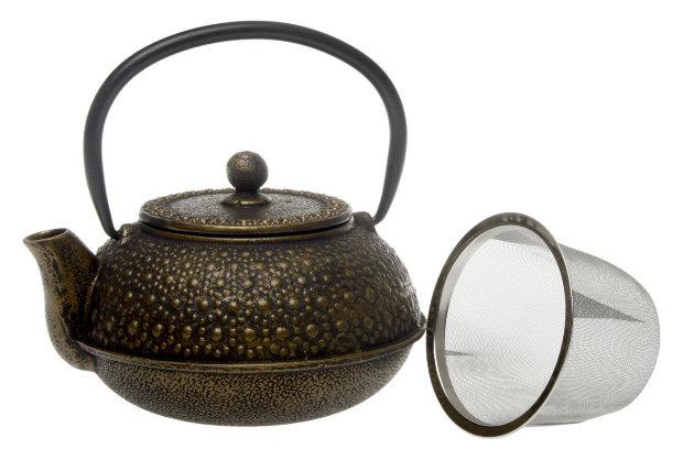 Grana - Malá litinová konvice v bronzové barvě se sítkem, objem 0,6 l, cena: 745 Kč Foto: Oxalis