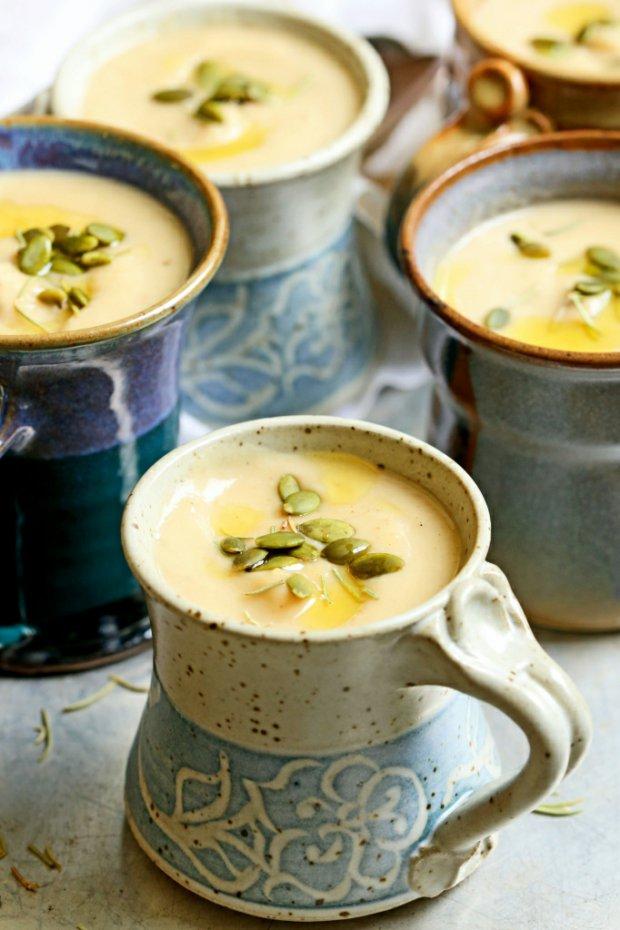 Polévka z pečeného česneku, pastináku a bílých fazolí  Foto: