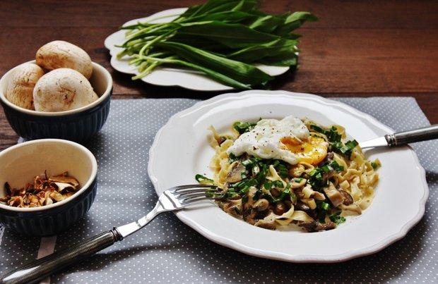 Domácí těstoviny s houbovým ragú, medvědím česnekem a zastřeným vejcem 2 Foto: