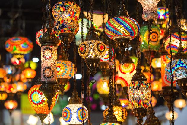 Marocké lampy dávají příjemné tlumené světlo a hýří barvami Foto: