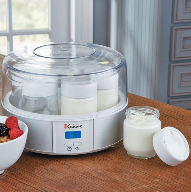 Nejvíce druhů jogurtovačů už myslí na výsledek a nabízí se ve formě ohřívací nádoby, vníž si lebedí různý počet skleniček. Foto: