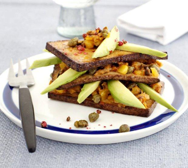 Věžička z uzeného tofu plněná středomořskou zeleninou  Foto: